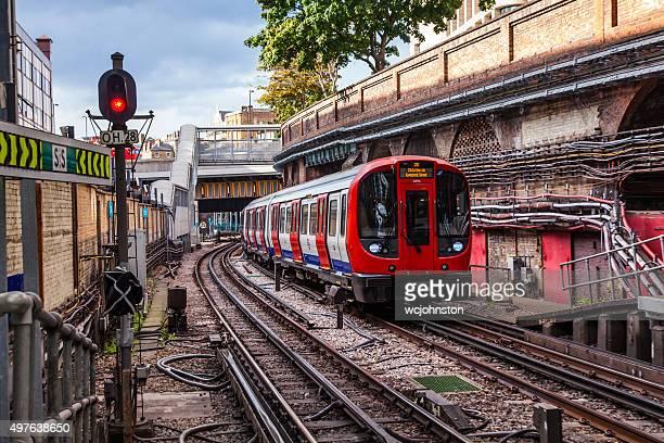 treno della metropolitana di londra - metropolitana di londra foto e immagini stock