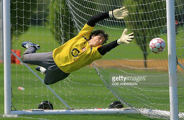 London, UNITED KINGDOM: Arsenal goalkeeper Jens Lehmann dives for a catch during a practice session at the Club's training ground at London Colney,...