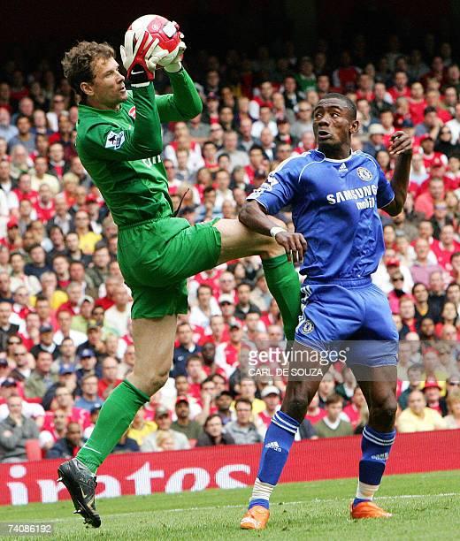 London, UNITED KINGDOM: Arsenal's goalkeeper Jens Lehman beats Chelsea's Salomon Kalou to the ball during their Premiership match at home to Arsenal...