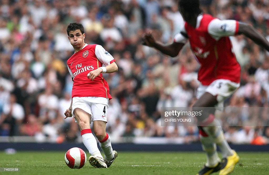 Arsenal's Spanish midfielder Cesc Fabregas (L) measures a pass to Emmanuel Adebayor (R) during the English Premiership match between Arsenal and Fulham, at the Emirates Stadium, London, 29 April 2007. AFP PHOTO/CHRIS YOUNG Mobile and website uses of domestic English football pictures subject to subscription of a licence with Football Association Premier League (FAPL) tel: +44 207 298 1656. For newspapers where the football content of the printed and electronic versions are identical, no licence is necessary.