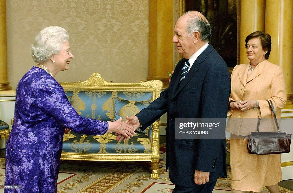 Britain's Queen Elizabeth II (L) greets : News Photo