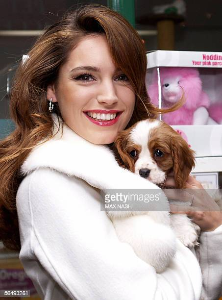 London, UNITED KINGDOM: British actress Kelly Brook holds a Spaniel puppy during the opening of the London Harrods department store Winter 2005 sale,...