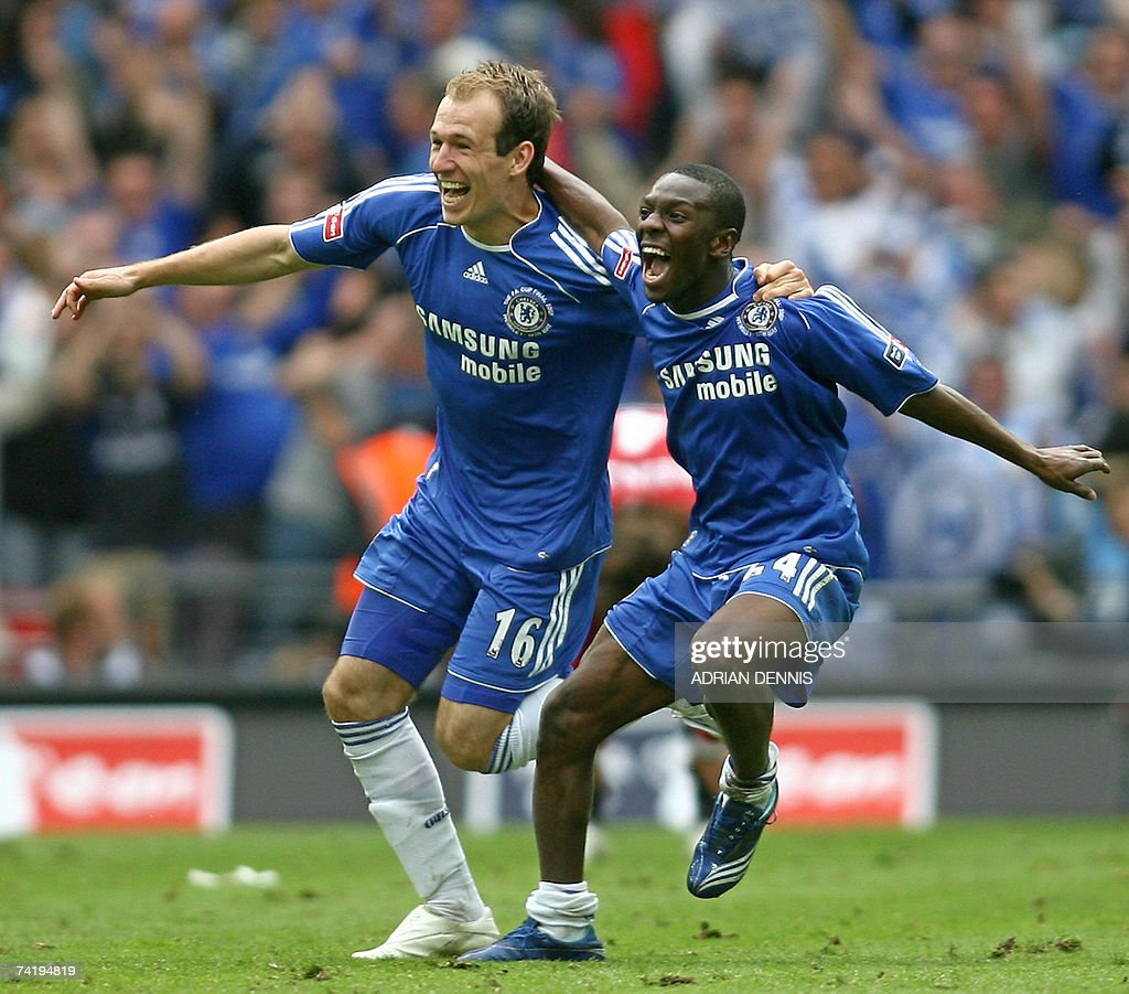 Chelsea's Arjen Robben (L) and Shaun Wright-Phillips celebrate after Chelsea beat Manchester United 1-0 at Wembley Stadium in London, 19 May 2007, during the FA Cup Final football match.