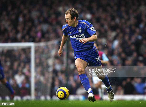 Chelsea's Dutch player Arjen Robben runs downfield against West Ham during the Premiership football match at Upton Park in London 02 January 2006...