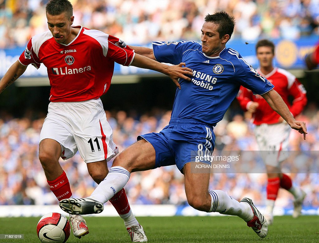 Chelsea's Frank Lampard (R) vies with Ch : News Photo