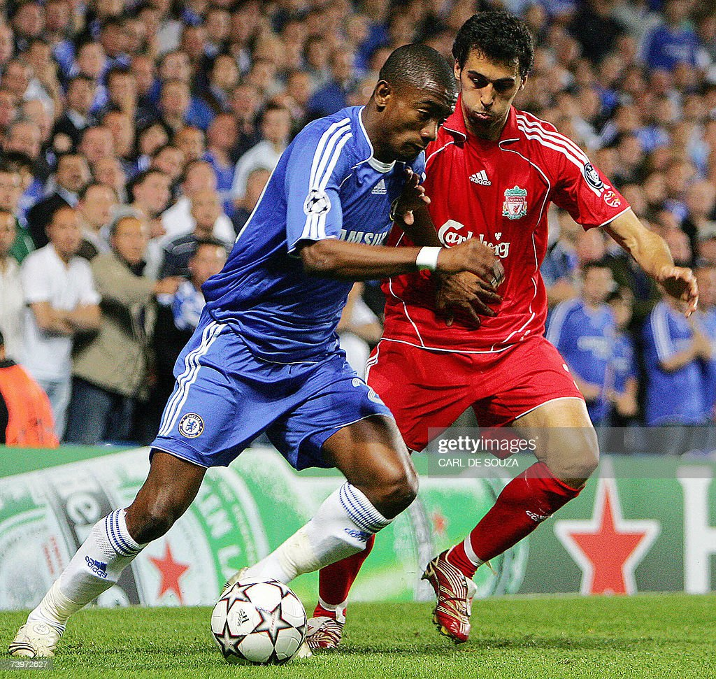 Chelsea's Ivorian forward Salomon Kalou (L) vies with Liverpool's Spanish defender Alvaro Arbeloa their Champions League semi-final first leg football match at Stamford Bridge in London, 25 April 2007. Chelsea won 1-0.