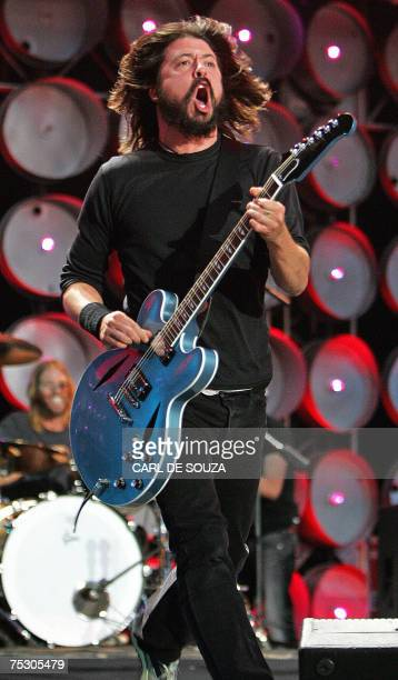 Dave Grohl lead singer of the band Foo Fighters performs at the Live Earth concert at Wembley stadium in London 07 July 2007 AFP PHOTO/CARL DE SOUZA