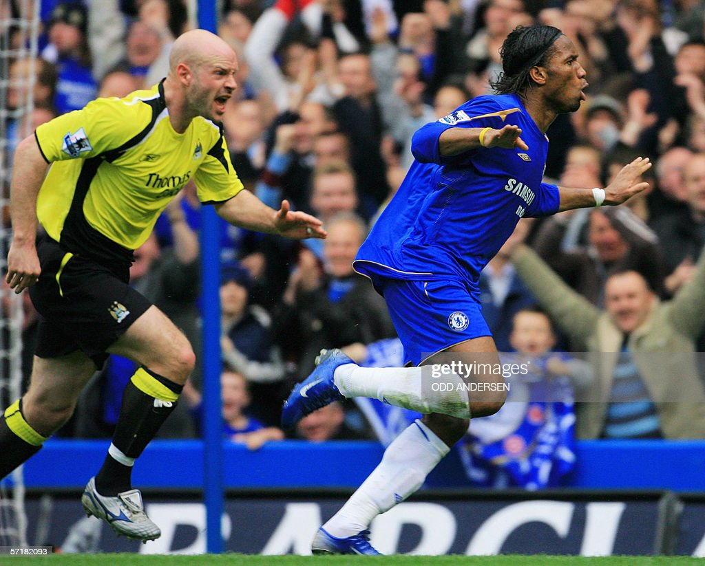Didier Drogba (R) of Chelsea celebrates : News Photo