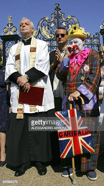 London, UNITED KINGDOM: Frank Gelli an Anglican priest leads a prayer service outside the gates of Kensington Palace in London 31 August 2005, whilst...