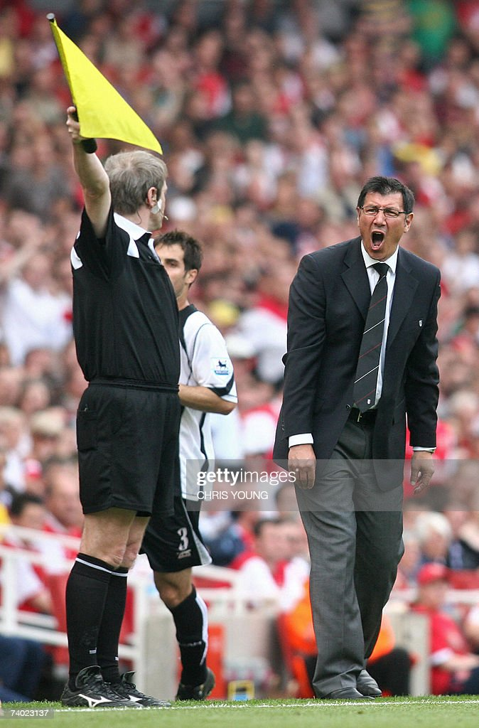 Fulham's interim Manager Lawrie Sanchez (R) expresses his feelings to the assistant referee (L) during the English Premiership match between Arsenal and Fulham, at the Emirates Stadium, London, 29 April 2007. AFP PHOTO/CHRIS YOUNG Mobile and website uses of domestic English football pictures subject to subscription of a licence with Football Association Premier League (FAPL) tel: +44 207 298 1656. For newspapers where the football content of the printed and electronic versions are identical, no licence is necessary.
