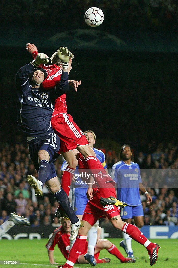 Liverpool's English forward Peter Crouch (TOP) vies with Chelsea's Czech goalkeeper Petr Cech during their Champions League semi-final first leg football match against Chelsea at Stamford Bridge in London, 25 April 2007. Chelsea won1-0.
