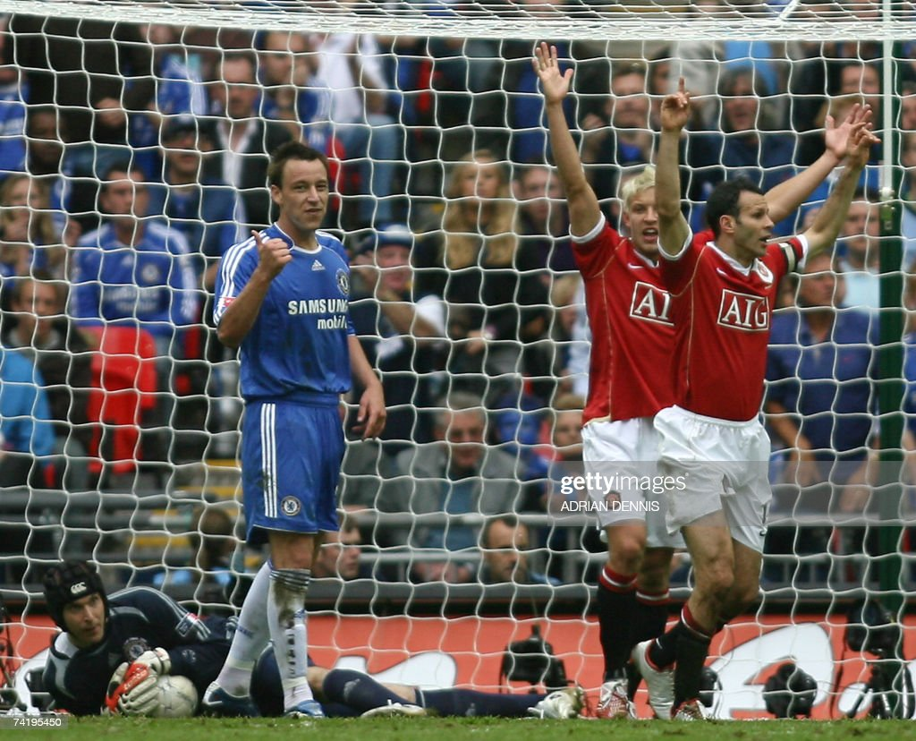 Manchester United's Ryan Giggs (R) and Alan Smith (2nd R) appeal to the referee to award a goal after Petr Cech (L) saved a shot by Giggs at Wembley Stadium in London, 19 May 2007, during the FA Cup Final football match.