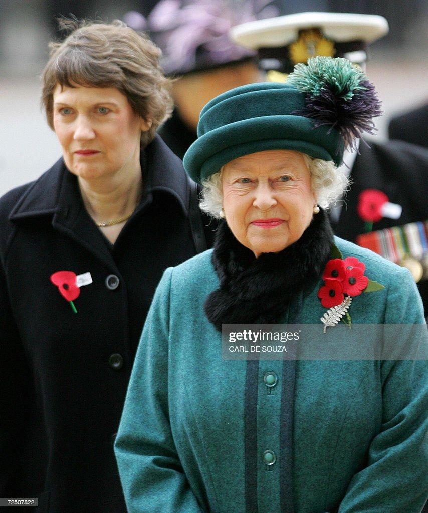 Queen Elizabeth (R) and New Zealand Prim : Nieuwsfoto's
