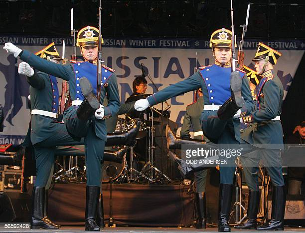 London, UNITED KINGDOM: The Kremlin guard march on stage during a dress rehersal at London's Trafalgar square, 14 January 2006. The guards are making...