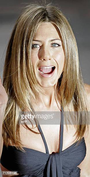 London, UNITED KINGDOM: U.S. Actress Jennifer Aniston grimaces as she arrives for the UK premiere of the film 'Break Up' in Leicester Square in...