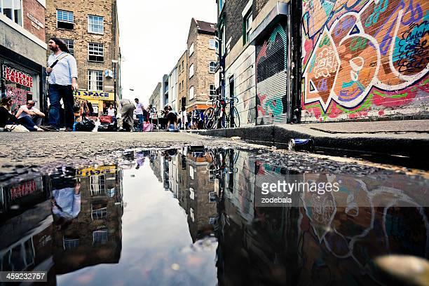 london urban scene and graffiti - londen stadgebied stockfoto's en -beelden