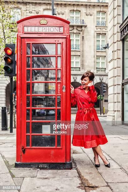 Londen vrouw in rode regenjas