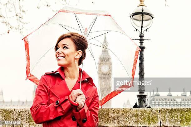 London Frau in Rot mit Regenschirm