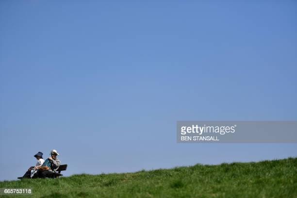 Londoners enjoy the sunshine on Hampstead Heath in north London on April 7 2017 / AFP PHOTO / BEN STANSALL
