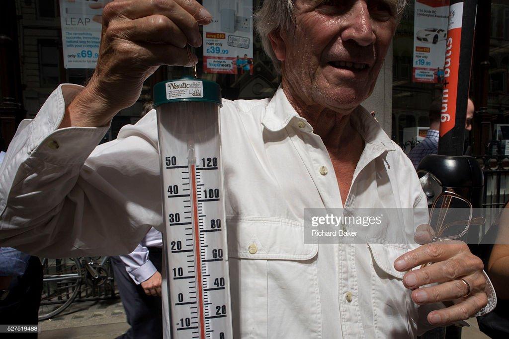 UK - London - Londoners experience intense heat & light hotspot from Walkie Talkie building : ニュース写真