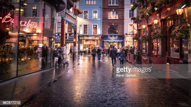 london's soho in the evening - stadsstraat stockfoto's en -beelden