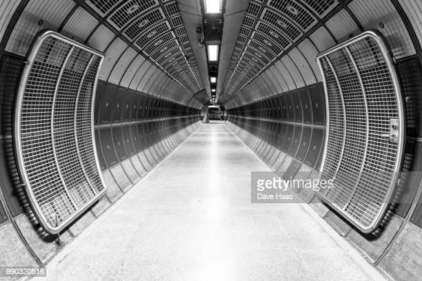 london's underground - ロンドン地下鉄 ストックフォトと画像