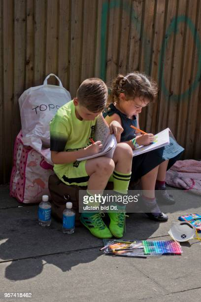LondonUK 14th June 2017Children drawing and playing in the streets awaiting news of the fate of their neighblours near Grenfell TowerLondonUK© Julio...