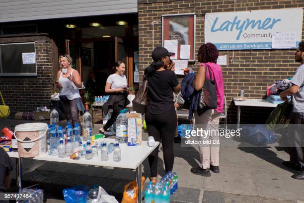 LondonUK 14th June 2017Local residents looking for vicims of the environmental chaos helped by the Methodist church© Julio Etchart/Alamy Live News