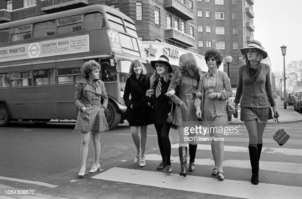 Londres GrandeBretagne 23 novembre 1967 La mode des minijupes à Londres Six mannequins anglais en minijupes traversant un passage clouté un bus à...