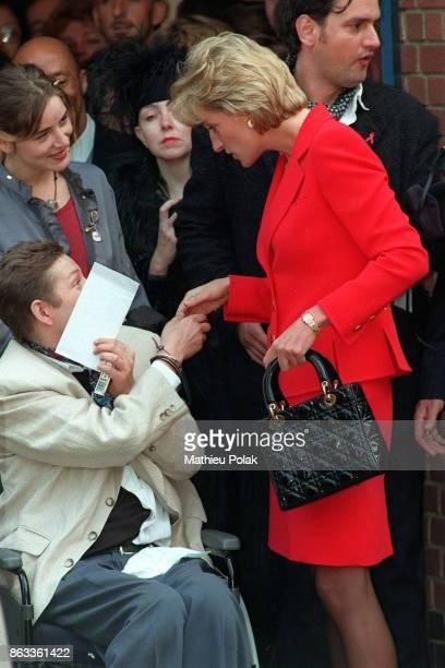 Londres, la princesse de Galles bavarde avec un jeune handicapé à son arrivée au London Lightouse, centre d'aide aux personnes atteintes du SIDA.