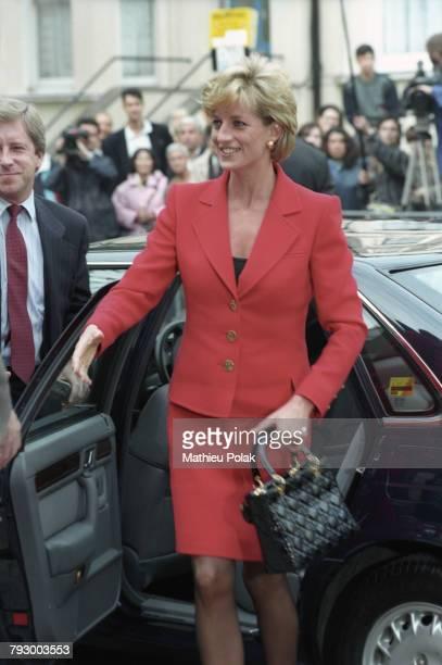 """Londres, la Princesse Diana arrive à la réception de l'association pour la lutte contre le SIDA """"London Lighthouse""""."""
