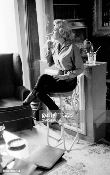 Londres RoyaumeUni 29 mars 1957 La nouvelle comédie de Henry Denker Olive Ogilvie inspirée de la vie de Marilyn Monroe est donnée au théâtre Aldwych...