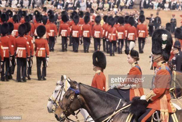 Londres RoyaumeUni 8 juin 1963 La reine ELIZABETH II d'Angleterre passe les troupes en revue lors de la cérémonie du 'Trooping The Colour' sur la...