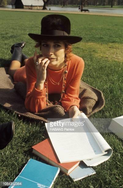 Londres RoyaumeUni mai 1970 L'actrice française Marlène JOBERT passe un mois à Londres pour prendre des cours accélérés d'anglais avant d'aller en...