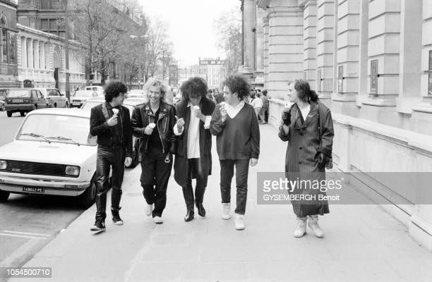 Londres RoyaumeUni mai 1986 Rendezvous avec le groupe britannique de new wave The Cure Les cinq membres du groupe marchant dans les rues de Londres...