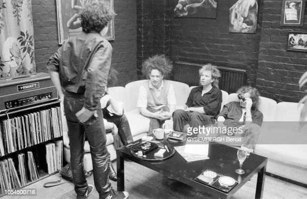 Londres RoyaumeUni mai 1986 Rendezvous avec le groupe britannique de new wave The Cure Le groupe installé sur un canapé en angle de gauche à droite...