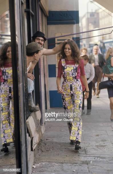 Londres RoyaumeUni septembre 1970 La mode 'midi' et 'maxi' à motifs appliqués présentée dans King's Road la célèbre rue de Chelsea qui vit naître la...