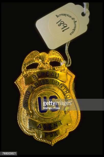 Londres, vente aux enchères de biens personnels d'Elvis Presley. Ici un badge de policier anti-drogues qu'il avait obtenu en écrivant au Président...