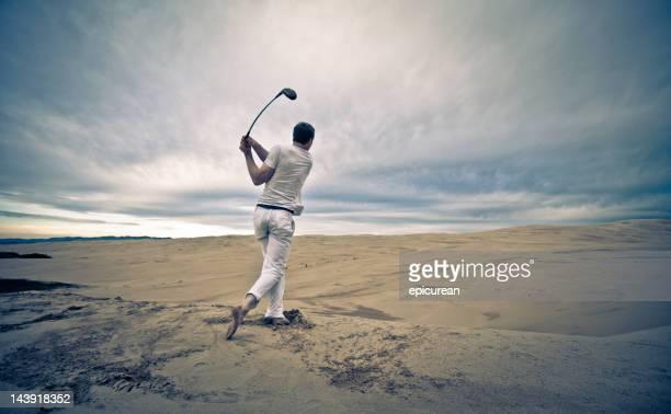 Lone golf in un'infinita Bunker di sabbia