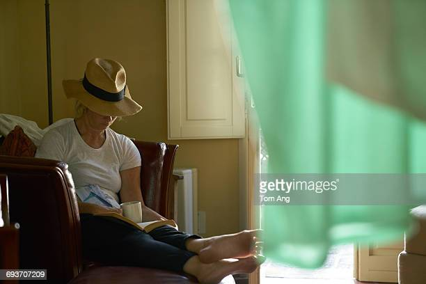 lone lady traveler relaxes on holiday - florence douillet photos et images de collection