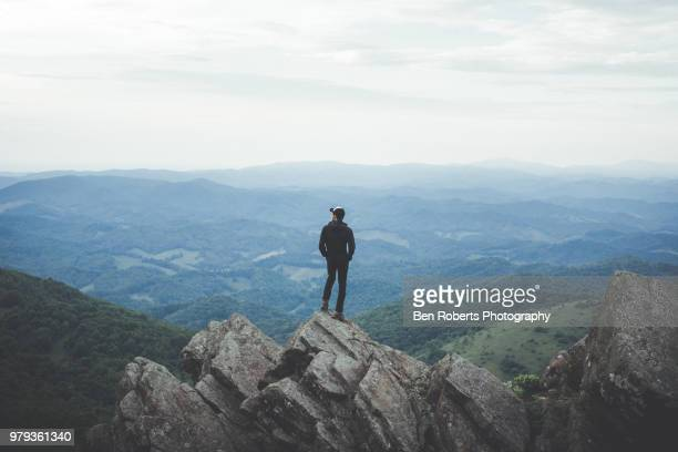 a lone man looking out over the mountains - north carolina amerikaanse staat stockfoto's en -beelden