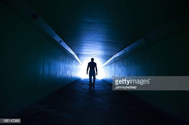 lone homem caminhando por túnel - túnel estrutura feita pelo homem - fotografias e filmes do acervo
