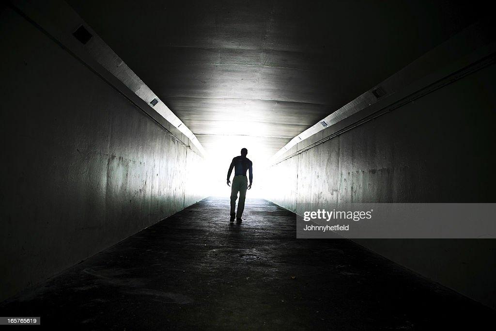 Einsamer Mann Zu Fuß Durch Den Tunnel Stock-Foto   Getty ...