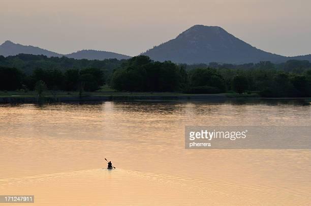 lone persona piragüismo en el lago - arkansas fotografías e imágenes de stock