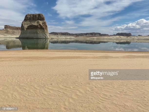 lone rock at the wahweap bay at lake powell - fitopardo stock pictures, royalty-free photos & images
