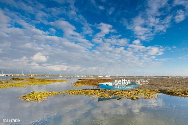 lone rowing boat, brancaster, norfolk - norfolk east anglia foto e immagini stock