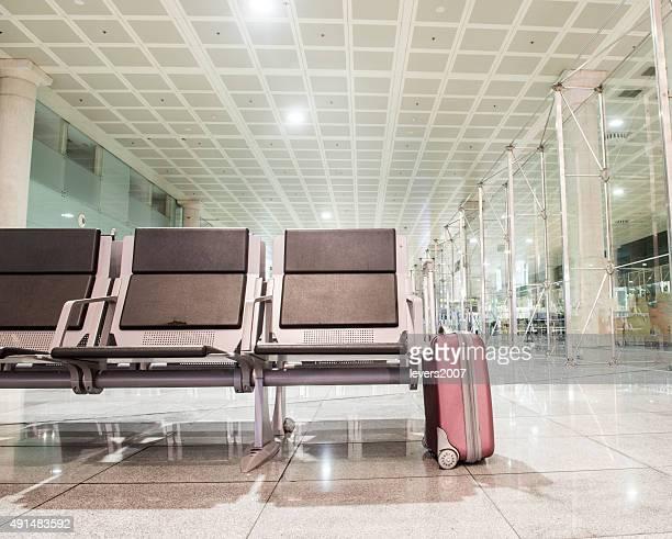 lone Koffer in Wartebereich