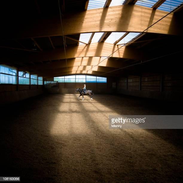 Einsame Frau Reiten Pferd im inneren Ring