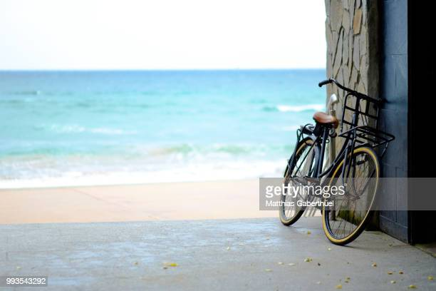 lonely bike - matthias gaberthüel stockfoto's en -beelden