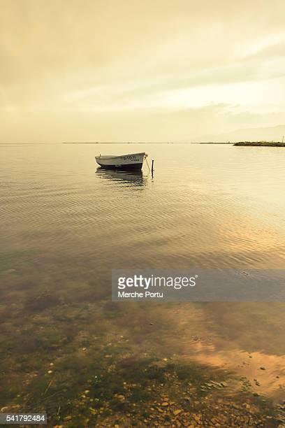 lonely boat at sunset - delta del ebro fotografías e imágenes de stock
